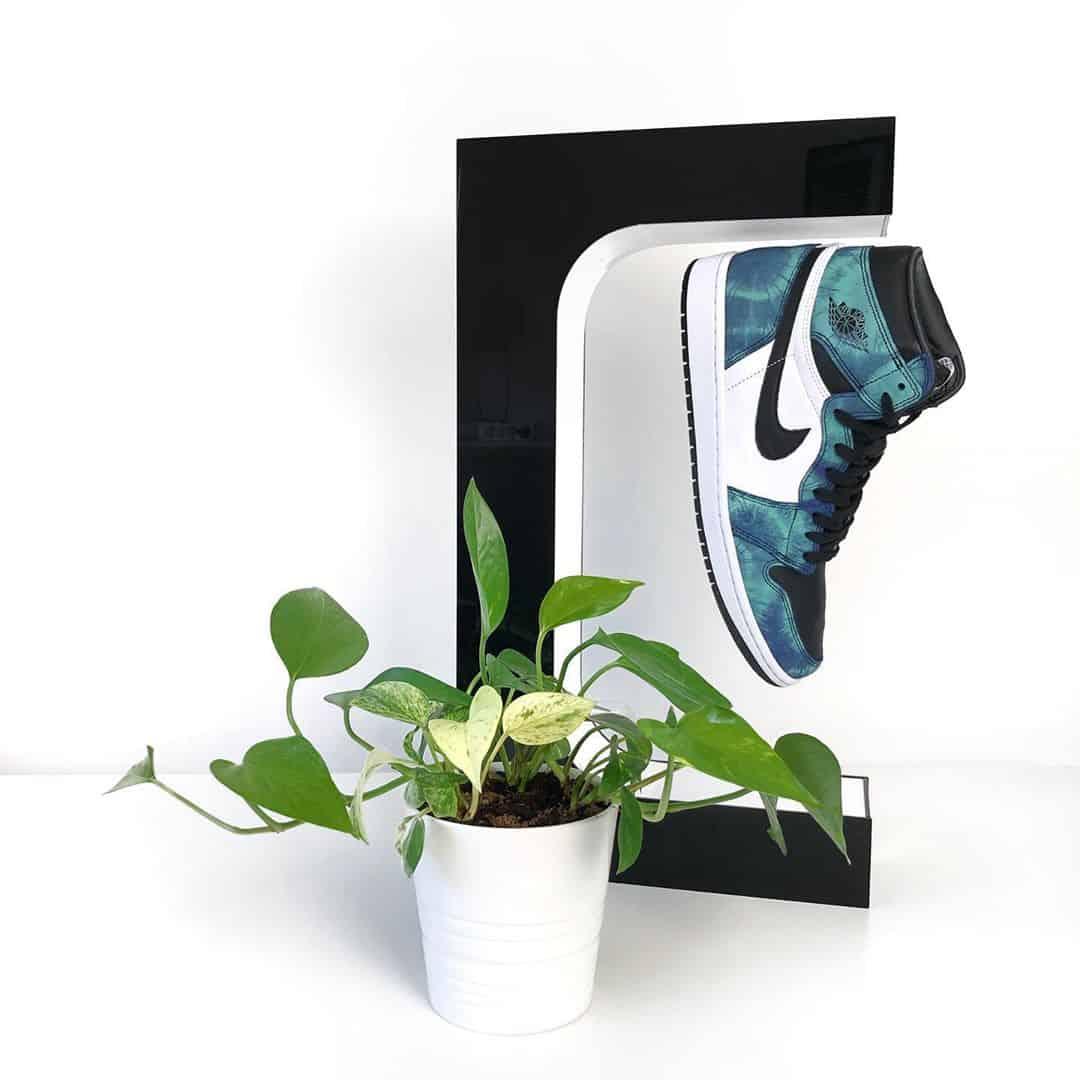 FloatingSneaker black display
