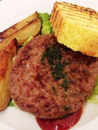 """Tudo feito em casa: """"Hamburger di chianina in piatto: il nostro pan brioche, ketchup artigianale e le verdure"""""""