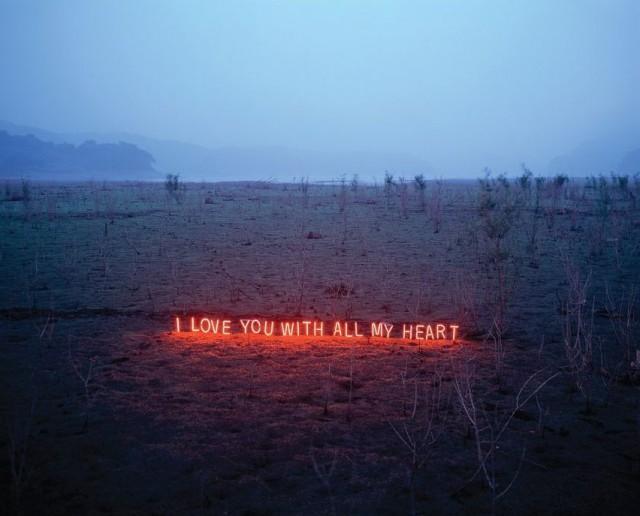 韓國攝影師 Lee Jung 的戶外霓虹字版藝術裝置