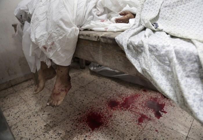 孩子的屍體一同被放在醫院的殮房。