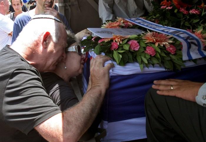 士兵Tzafrir Bar-Or的父母在他的靈柩前痛哭。
