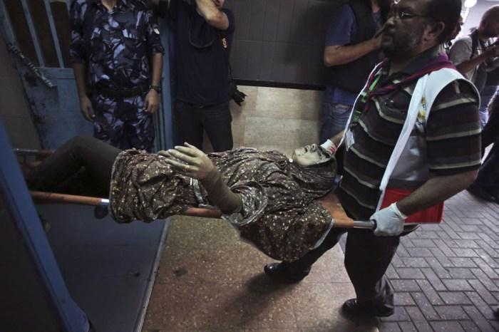 醫護人員把受傷的婦人抬入Shifa醫院。