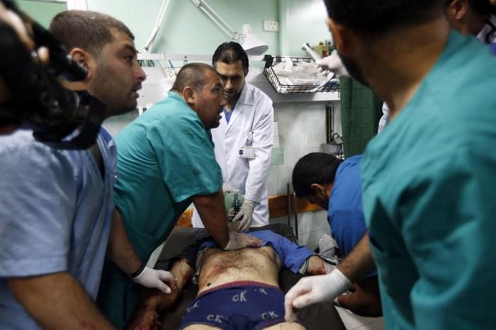 Beit Lahiya Kamal Adwan醫院的醫護人員嘗試救活這位受傷的巴勒斯坦人。