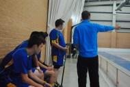 Ernesto da instrucciones en su primer partido como entrenador. 22/10/2011