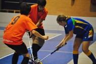 Andrea pelea una bola contra dos adversarios