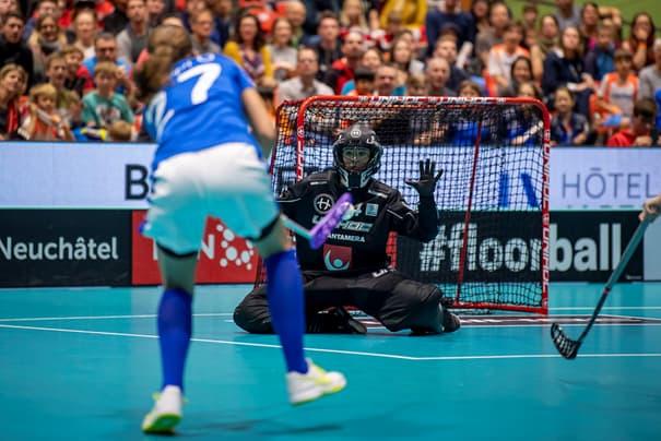 Аманда Хилл (вратарь) пытается помешать Уне Кауппи забить гол (Фото: Фабрис Гасперис / mediafab.ch)