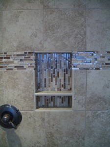 Porcelain niche with shelf and glass / travertine liner