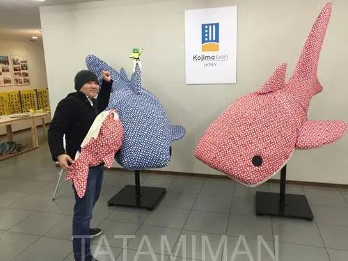 畳ヘリでできた大きなサメ