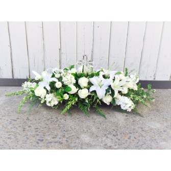 Table arrangement with crystal cross