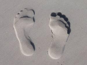 Stress reduzieren mit Fussreflexzonen-Massage - fuss spuren im sand