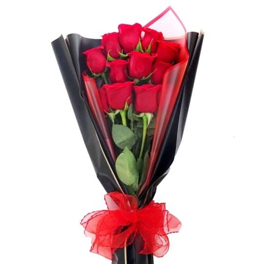 ramo de rosas rojas envueltas con papel plastico negro y rojo