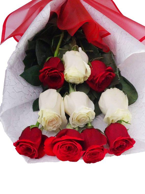 ramo de rosas rojas y blancas con papel decorativo