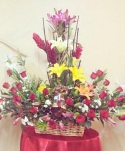 Hermoso arreglo de flores en canasta con chocolates, rosas, lilis, y lirios - EN1