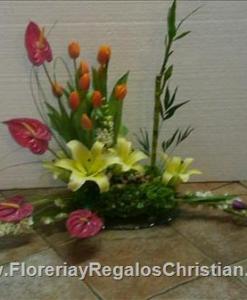 Arreglo de aniversario, elaborado con Concadores, anturium y tulipanes - C7