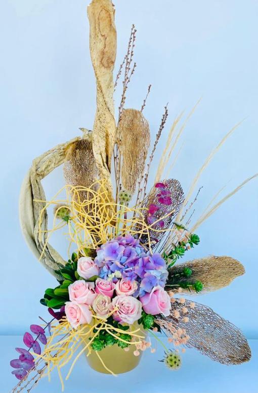 Hermoso arreglo de rosas, hortencias & follaje de naturaleza muerta, en base de cerámica.