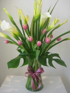 FL25 - Bonito florero de alcatraz y tulipanes