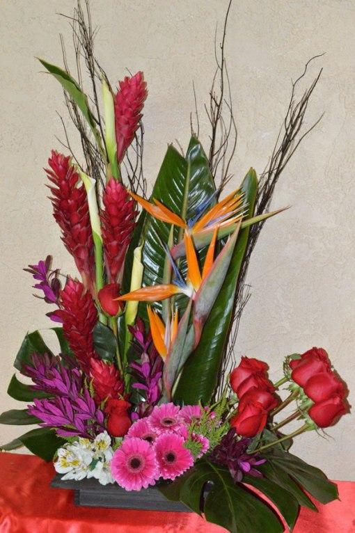 EN10 - Arreglo floral surtido con aves del paraíso, ginger y alcatraz