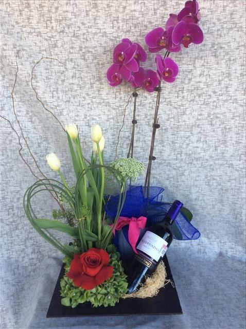Arreglo para hombre, con tulipanes, orquídeas y botella de vino. - H3