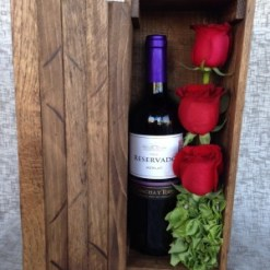 Arreglo floral con toque masculino, rosas y botella de vino - H6