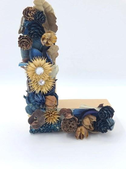 letra con flor seca