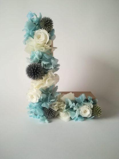 letra con flores preservadas