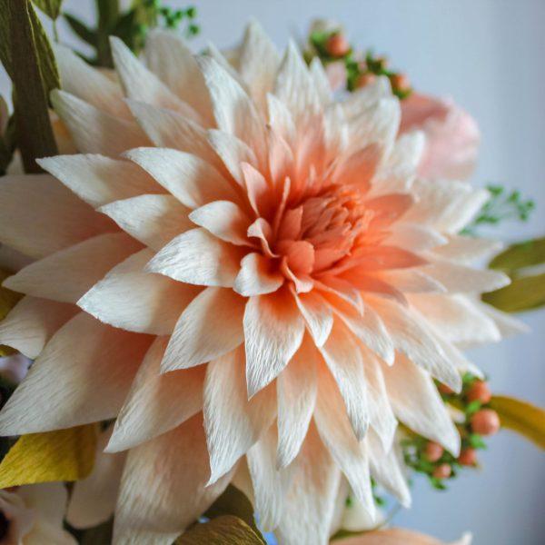 dalia café au lait de papel crepé, flores para siempre, flores de papel crepe