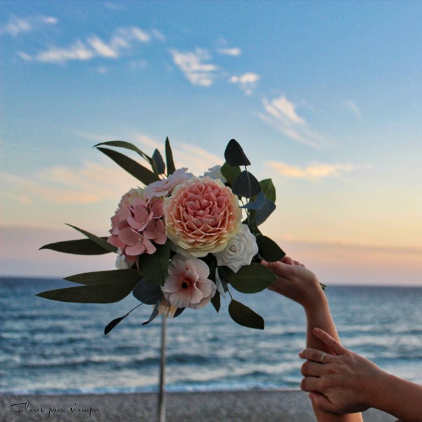 Ramo de novia hecho con flores de papel crepé