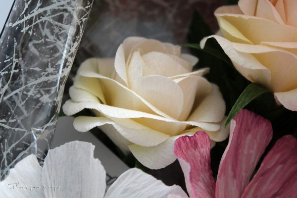 rosa amarilla de papel crepé
