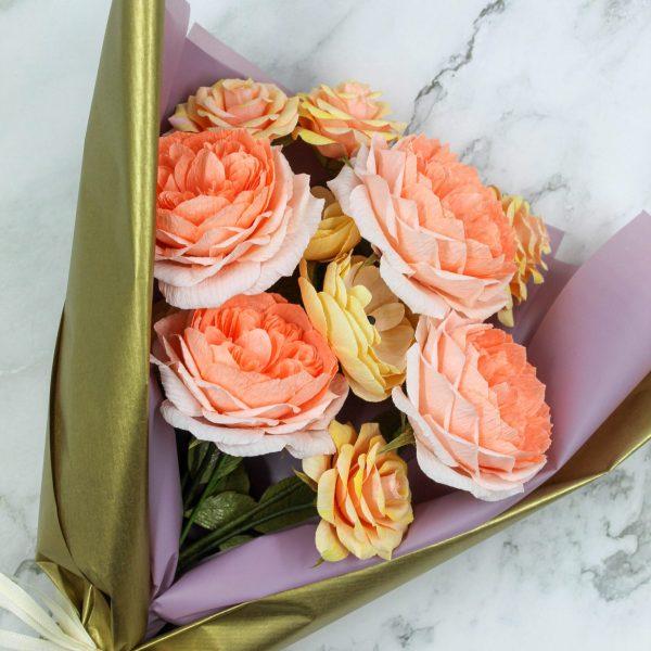 ramo rosas inglesas coral papel crepé, flores san valentín papel, flores para siempre