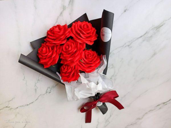 rosas rojas de papel crepe