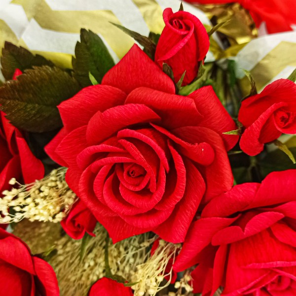 rosas rojas de papel crepé, flores de papel crepé, flores para siempre, rosas de papel