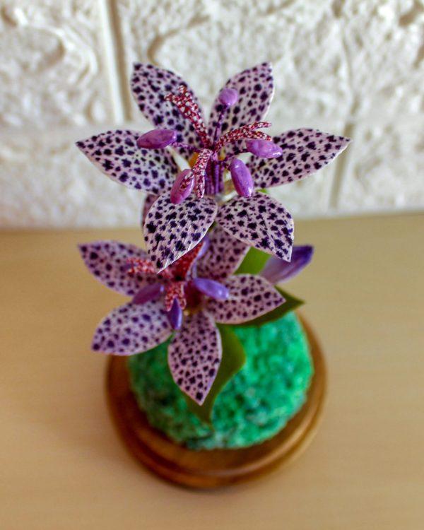Cúpula de cristal con lirio morado, flores para siempre, flores de papel crepe, ramos de papel, ramos de novia de papel,