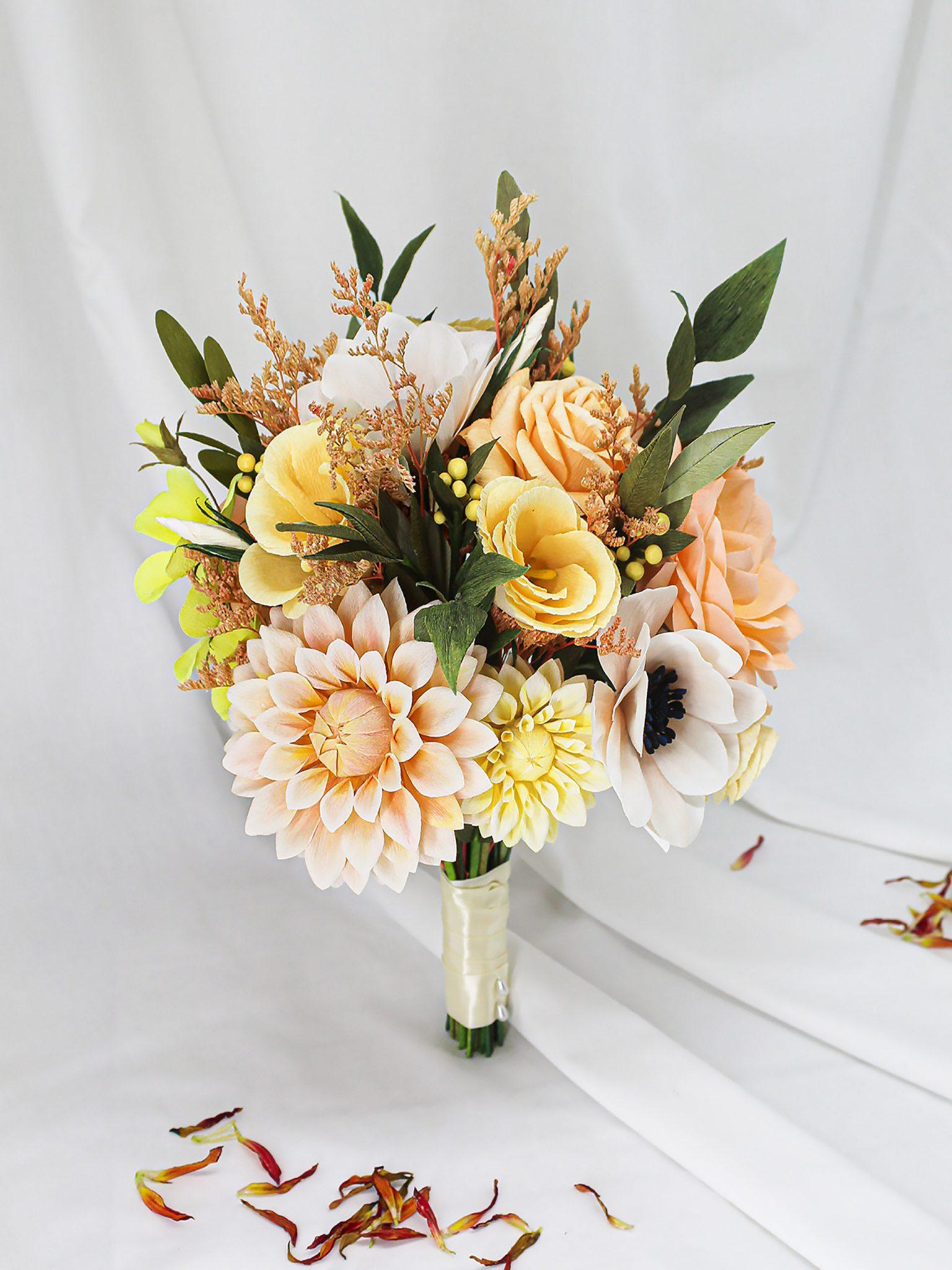 ramo de novia de papel con dalias, eustomas y rosas de jardín en tonos amarillos y asalmonados