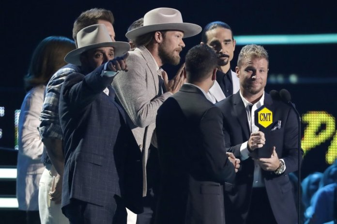 """Sam Hunt performs """"Downtown's Dead"""" at the CMT Music Awards at the Bridgestone Arena on Wednesday, June 6, 2018, in Nashville, Tenn. (AP Photo/Al Wagner)"""