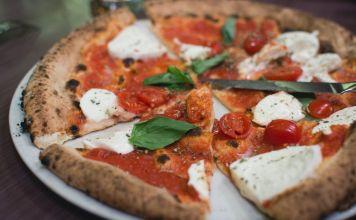 Make a pizza Margherita like an Italian