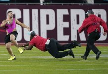 Florida man charged with trespassing after run on Super Bowl field