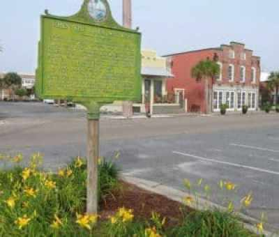 Apalachicola is full of historic buildings and markers. (Photo: Bonnie Gross)