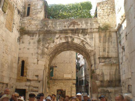 Arcada de piatra in Palatul Diocletian