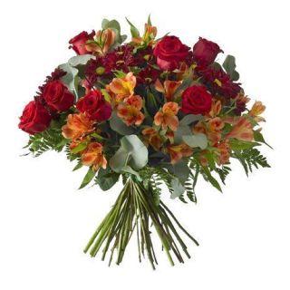 ramo-de-rosas-y-flores-variadas-en-tonalidades-rojas