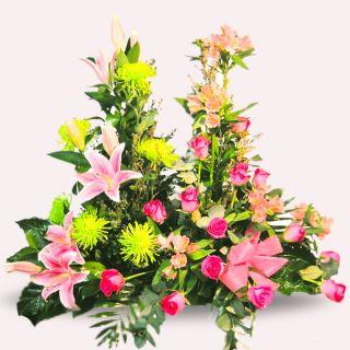 Centro-de-rosas-lilium-y-flores-silvestres-en-rosa-1