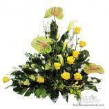 centro de rosas amarillas anthurium y flor variada 2