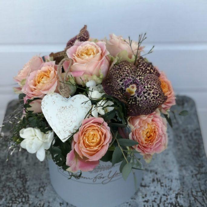Rosen und Orchideen mit Herz in eine Blumenbox zum verschenken