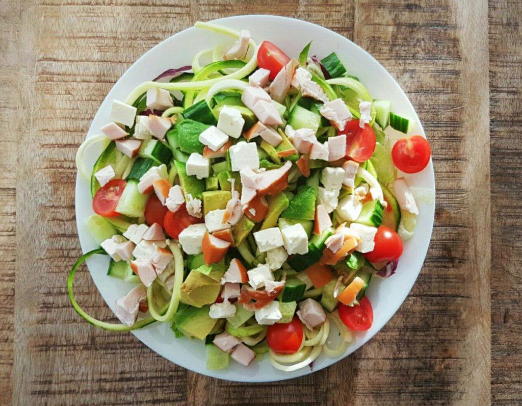 Courgetti salade met avocado en gerookte kip - flowcarbfood.nl
