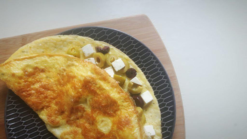 koolhydraatarme omelet met feta en olijven - flowcarbfood.nl