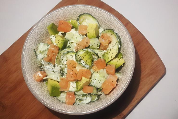 Koolhydraatarme tagliatelle van courgette met zalm en avocado