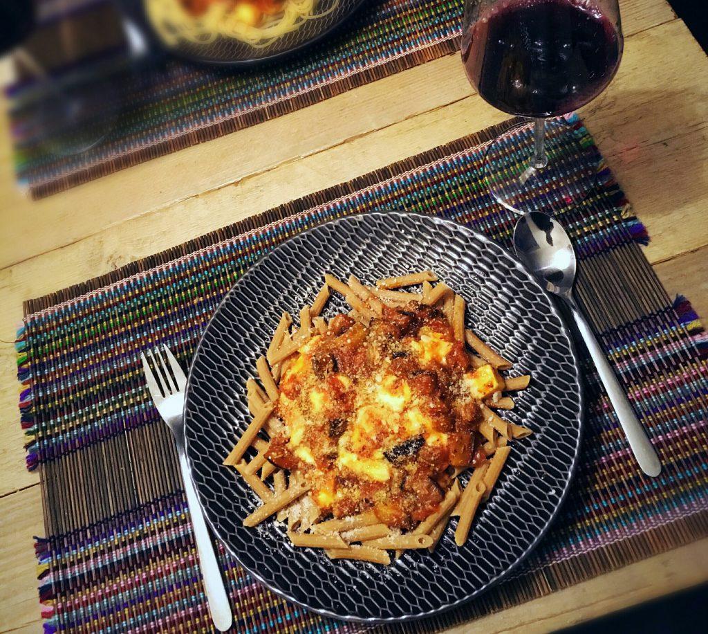 Koolhydraatarme pasta met aubergine-tomatensaus, mozzarella en parmezaanse kaas