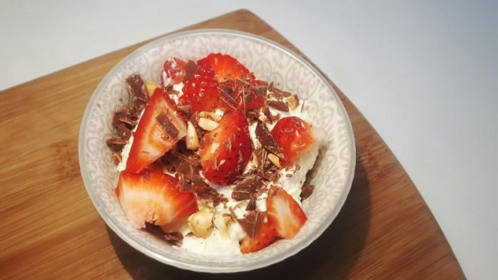 Koolhydraatarme witte chocolademousse met aardbeien