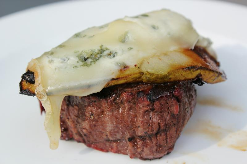 biefstuk met gegrilde peer en gorgonzola