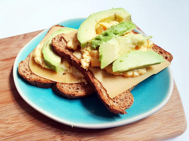 koolhydraatarme toast met scrambled eggs