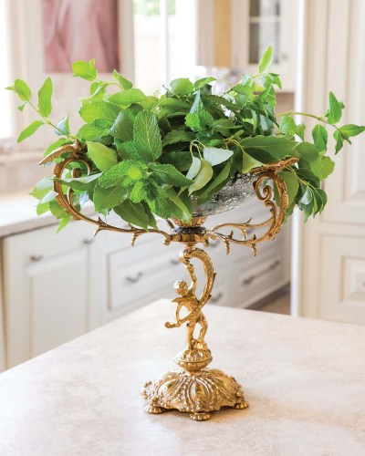 Photo for step 3: detail of mint leaves placed in floral arrangment